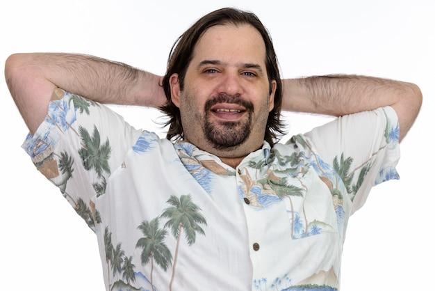 Gelukkig dikke blanke man lachend met opgeheven armen op hoofd geïsoleerd op wit