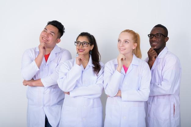 Gelukkig diverse groep multi-etnische artsen glimlachen