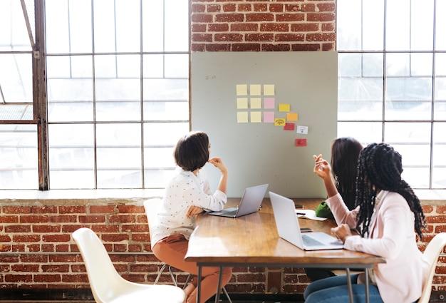 Gelukkig diverse zakenvrouw brainstormen ideeën