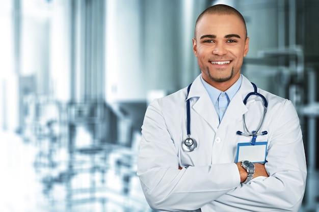 Gelukkig dokter op achtergrond Premium Foto