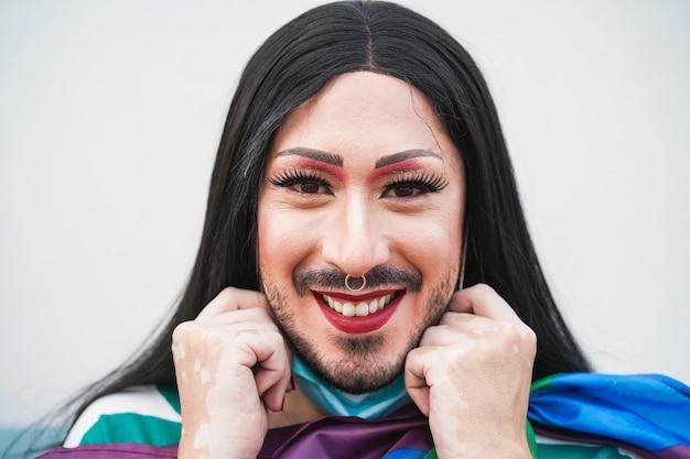 Gelukkig drag queen glimlachend in de camera