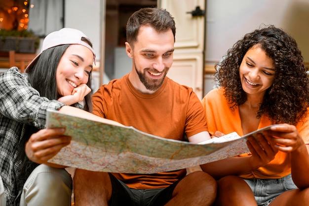 Gelukkig drie vrienden op zoek naar plaatsen om vooraanzicht te gaan
