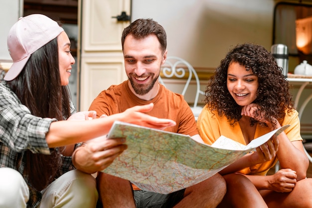 Gelukkig drie vrienden op zoek naar plekken om naartoe te gaan