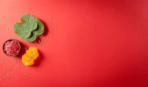 Gelukkig dussehra geel bloemen groen blad en rijst op rode achtergrond