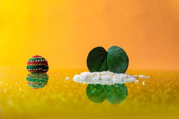 Gelukkig dussehra-wenskaart, groen blad en rijst, indiase festival dussehra