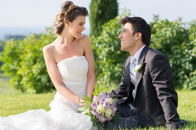 Gelukkig echtpaar op bruiloft