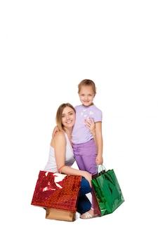 Gelukkig een moeder en dochter met boodschappentassen