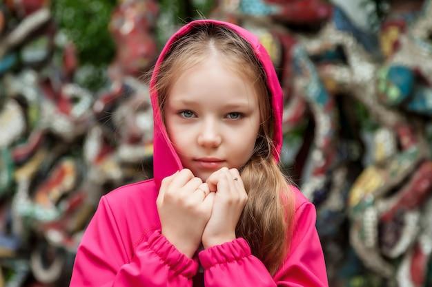 Gelukkig emotie tienermeisje in casual kleding kap op straat in de stad. zomerse stadswandelingen in de buurt van huis. concept van kindertijd en ouderschap. ruimte kopiëren