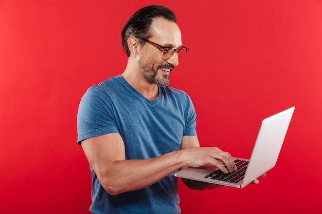 Gelukkig emotionele positieve man met laptopcomputer.