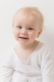 Gelukkig en babymeisje dat glimlacht lacht