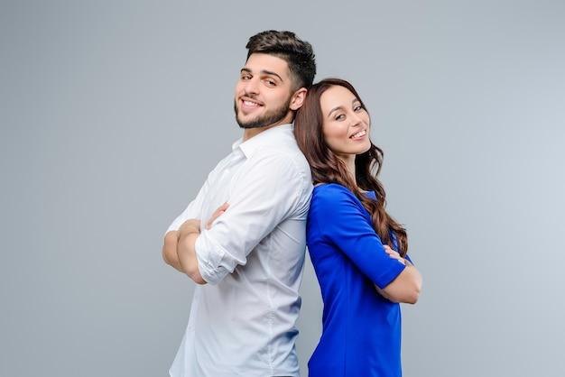 Gelukkig en glimlachend jong geïsoleerd paar van man en vrouw