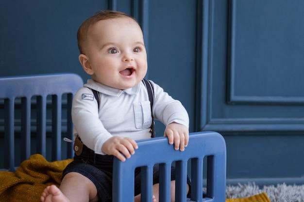 Gelukkig en glimlachend kind met gezellige outfits in de kamer.