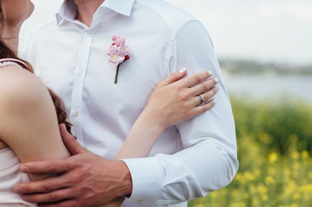 Gelukkig en jong zwanger paar knuffelen
