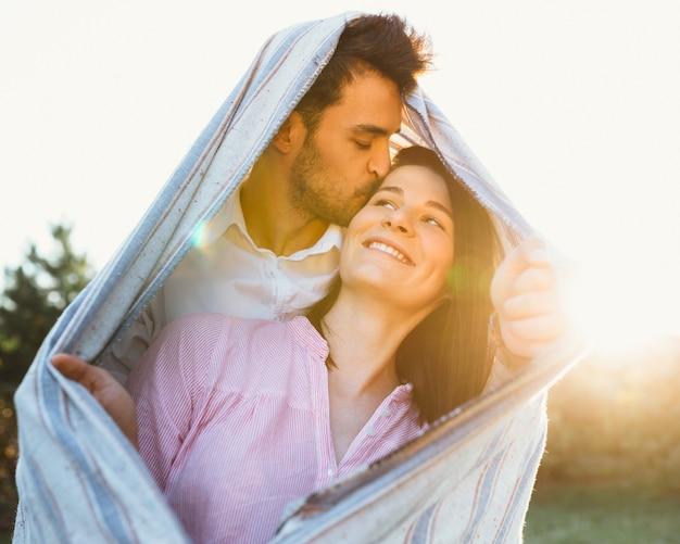 Gelukkig en jong zwanger paar