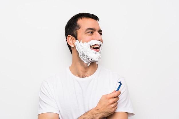Gelukkig en mens die zijn baard scheert glimlacht