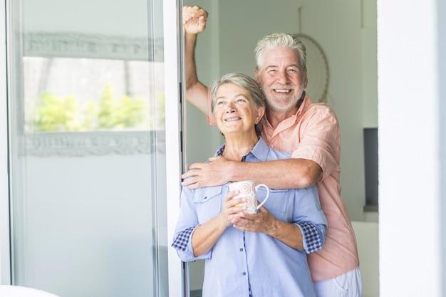 Gelukkig en mooi gepensioneerd stel dat samen van de dag geniet