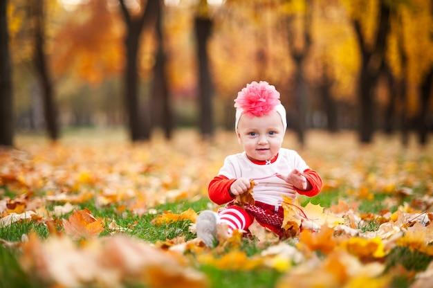 Gelukkig en weinig vrouw speelt in het herfstpark
