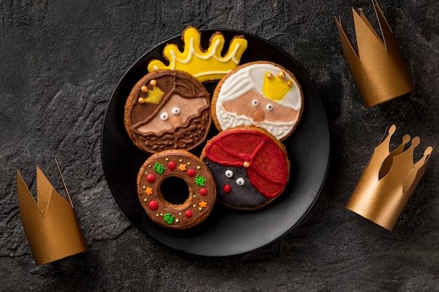 Gelukkig epiphany smakelijke koekjes en kronen