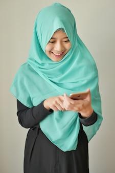 Gelukkig exotische vrouw met behulp van slimme telefoon