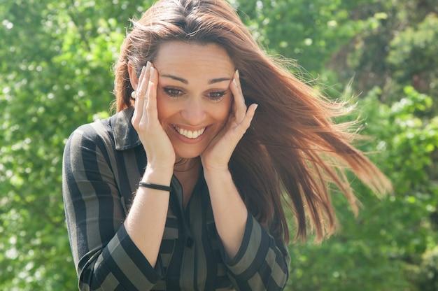 Gelukkig extatisch meisje dat leuk iets ziet