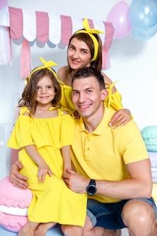 Gelukkig familieportret, concept een familievakantie.