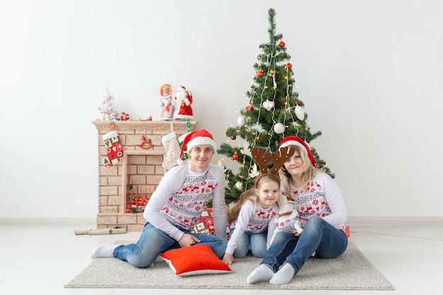 Gelukkig familieportret door kerstboom