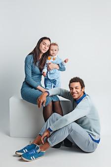 Gelukkig familieportret. interraciaal huwelijk met een baby