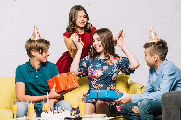 Gelukkig feestvarken die haar vrienden bekijken die giftdozen houden