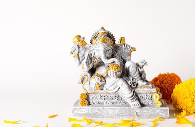 Gelukkig ganesh chaturthi-festival met het standbeeld van lord ganesha