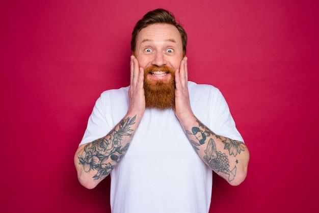 Gelukkig geïsoleerde man met baard en wit t-shirt