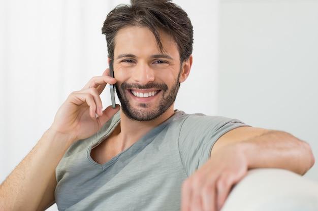 Gelukkig gesprek aan de telefoon