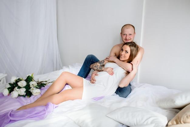 Gelukkig getrouwd stel dat op de geboorte van een kind wacht. zwangerschap.