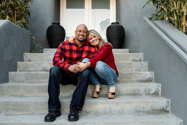 Gelukkig getrouwd stel hand in hand op de veranda