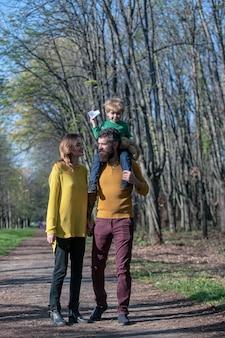Gelukkig gezin brengt samen vrije tijd door moeder en vader meeliftend klein kind voel je vrij in de frisse lucht vind je vrijheid en leef je leven