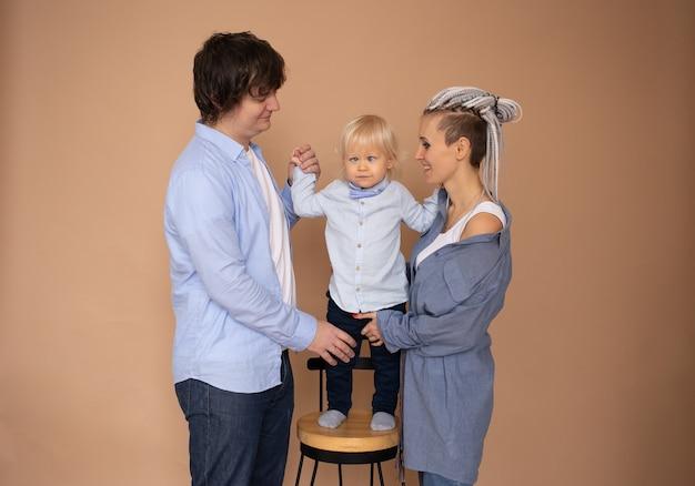 Gelukkig gezin dragen casual outfit geïsoleerde beige muur