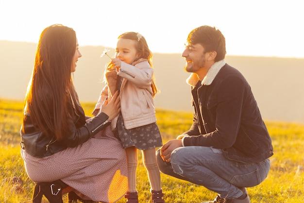 Gelukkig gezin. foto van familie die tijd samen in park of veld heeft