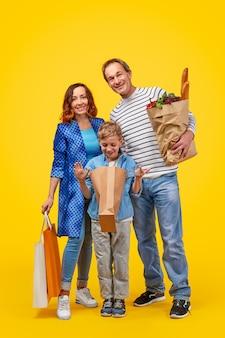 Gelukkig gezin met boodschappen tijdens het winkelen