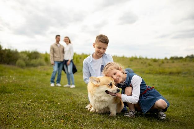 Gelukkig gezin met hond buitenshuis