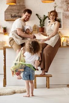 Gelukkig gezin met hun kinderen koken in de keuken