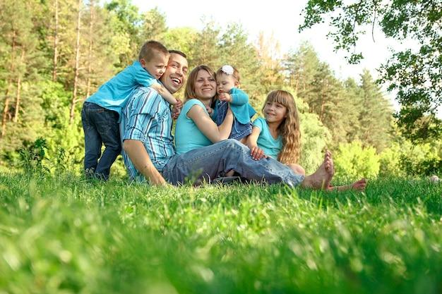 Gelukkig gezin met kinderen in de natuur