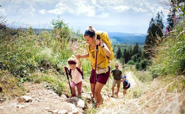 Gelukkig gezin met kleine kinderen wandelen buiten in de zomer natuur, wandelen in de hoge tatra.