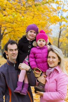 Gelukkig gezin met lachende gezichten buitenshuis