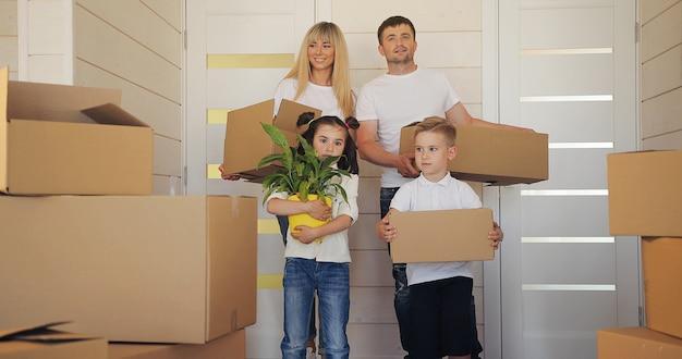 Gelukkig gezin met twee kinderen bij nieuw huis