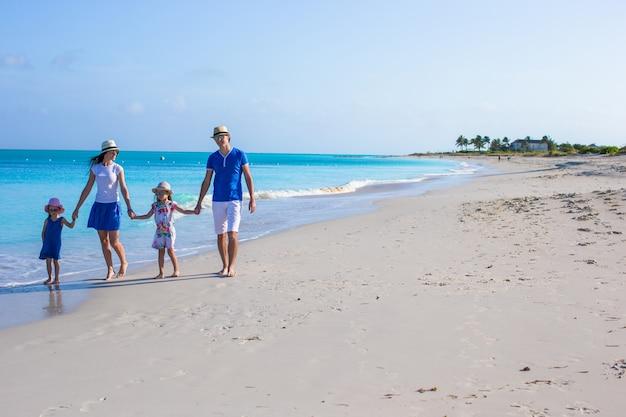 Gelukkig gezin met twee kinderen op zomervakantie