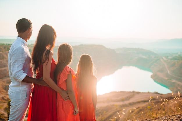 Gelukkig gezin met twee meisjes wandelen in de bergen