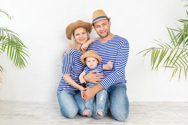 Gelukkig gezin moeder, vader en baby poseren