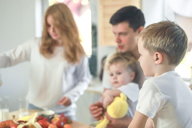 Gelukkig gezin moeder vader kind dochter en zoon thuis ontbijten vitamine ontbijt