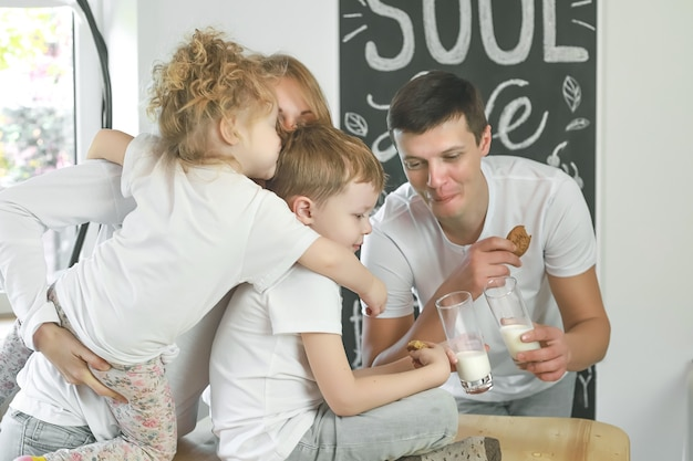 Gelukkig gezin moeder vader kind dochter en zoon thuis ontbijten