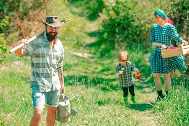 Gelukkig gezin op boerderij gelukkig gezin wandelen op boerderij