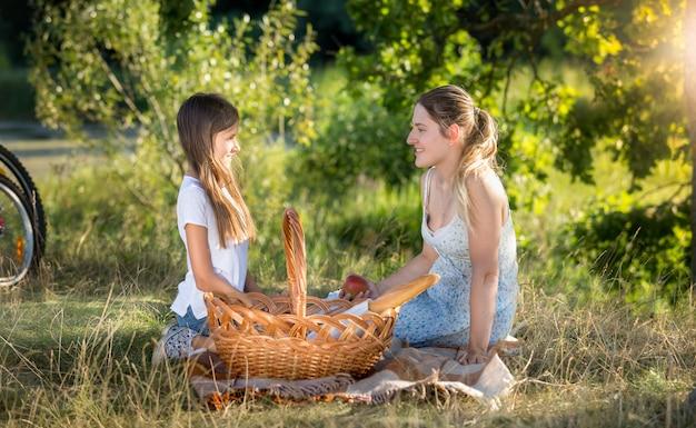 Gelukkig gezin picknicken bij de rivier